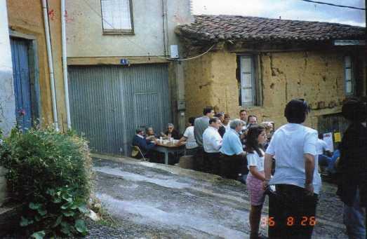 130 comida de la fiesta 96 ante la puerta de Maria Rivero y la antigua casa de Emilio