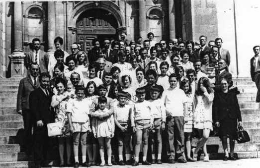 135 Boda de Marino y Tere ante la  iglesia
