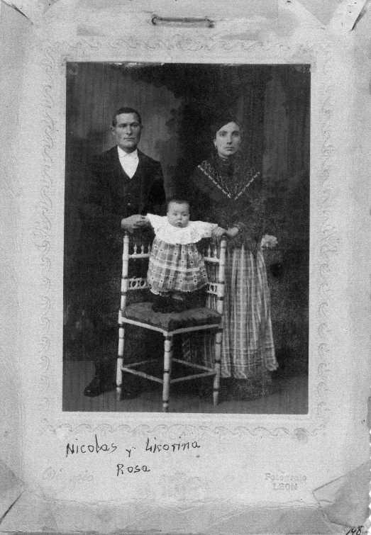 148 Nicolas, Licorina y su hija Rosa